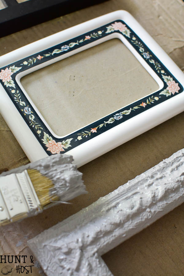 Ideas tp update old picture frames with thrifted finds and awesome materials. Don't toss 'em, use these picture frame ideas to update your style!