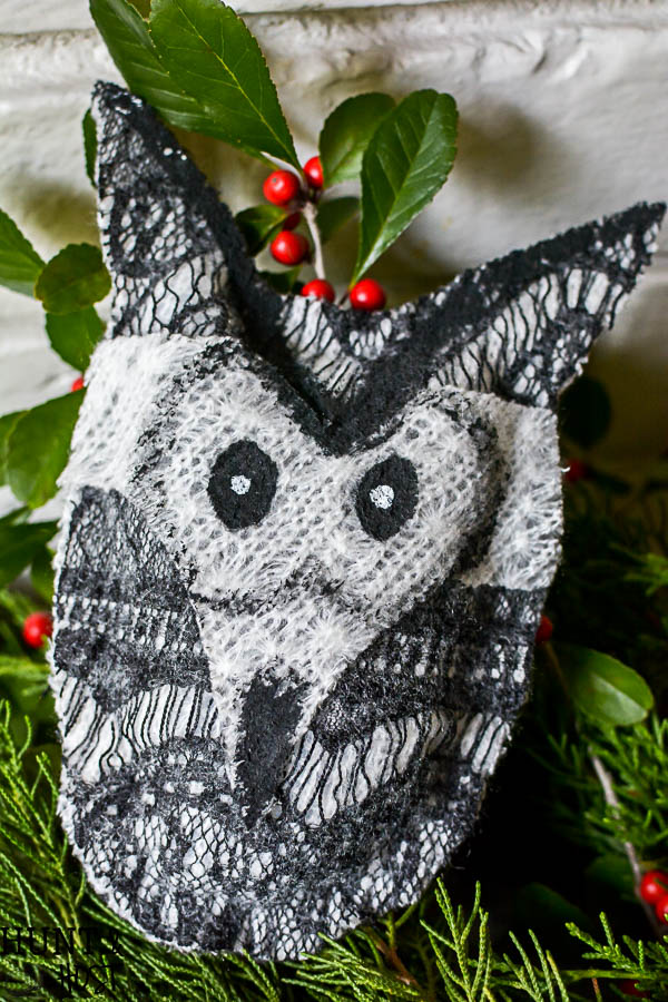 Free woodland animal patterns to decorate for winter. These cute critters are easy no sew projects perfect for wreath, ornaments or other winter decoration ideas!