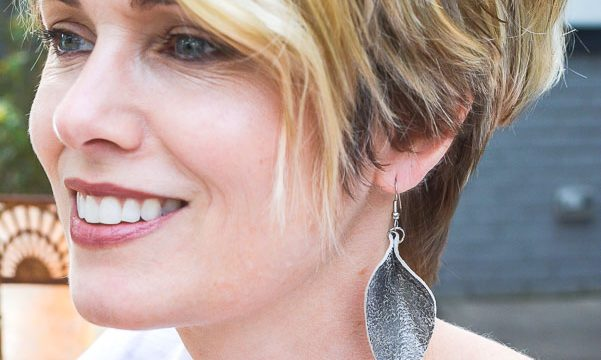 Quick tips on how to make leather earrings from old shoes! Handmade leather earrings are simple to make from the smallest scrap leather pieces you already have in your closet! Teardrop leather earrings and feather leather earring DIY tutorial.