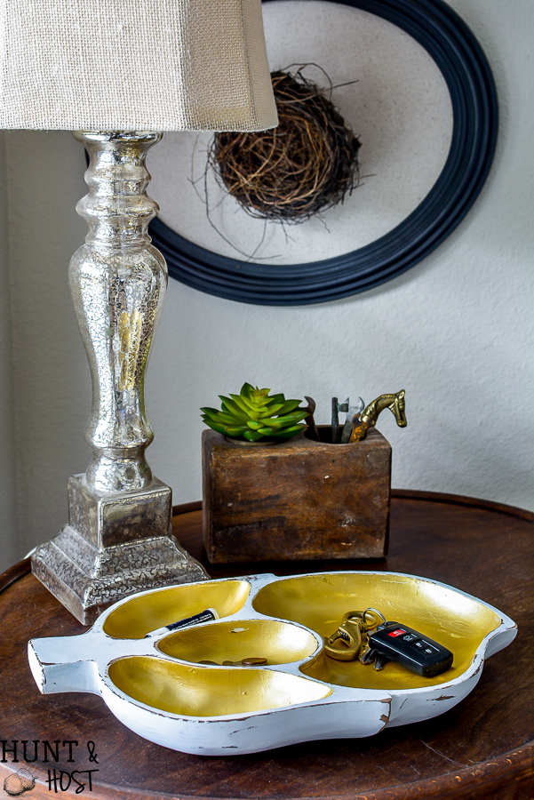 Grab a vintage wooden bowl from a thrift store and turn it into a quick and easy organization idea with this vintage wooden salad bowl makeover idea! #vintagefind #woodenbowl #easyogranization #declutter #vintagestyle #upcycledstorage