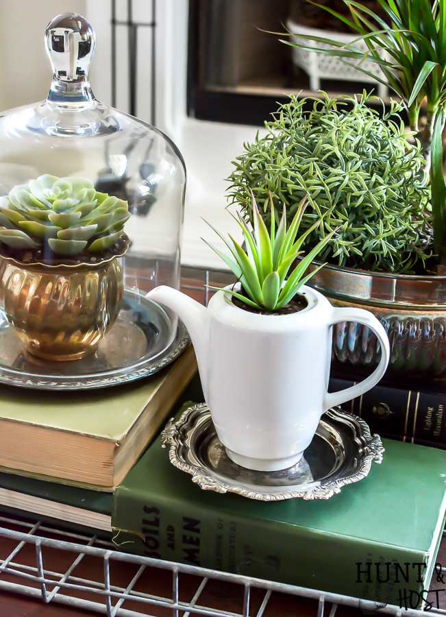Adding vintage items to your coffee table décor is the perfect way to add age and interest to your living room. WIth these coffee table styling tips you will have your tabletop vignette rocking a vintage vibe in no time! #vintagestyle #coffeetabledecor #plantlady #mixedmetaldecor #vintagesilver #coffeetable